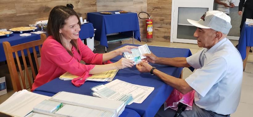 Aposentados recebem carteirinhas do Sinthoresp Ombro Amigo