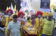 Funcionários do McDonald's protestam na Avenida Paulista